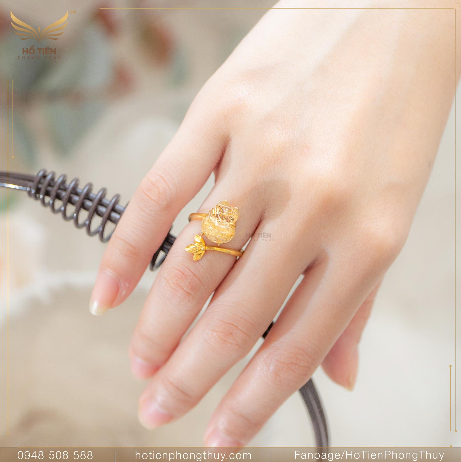 Nữ đeo nhẫn ngón áp út tay phải