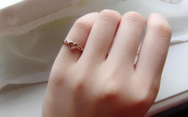 đeo nhẫn phong thủy ngón út