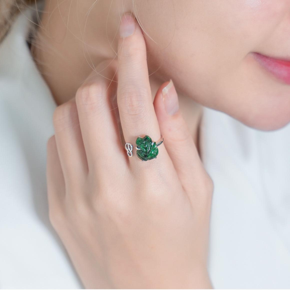 Nữ đeo nhẫn ngón trỏ tay trái