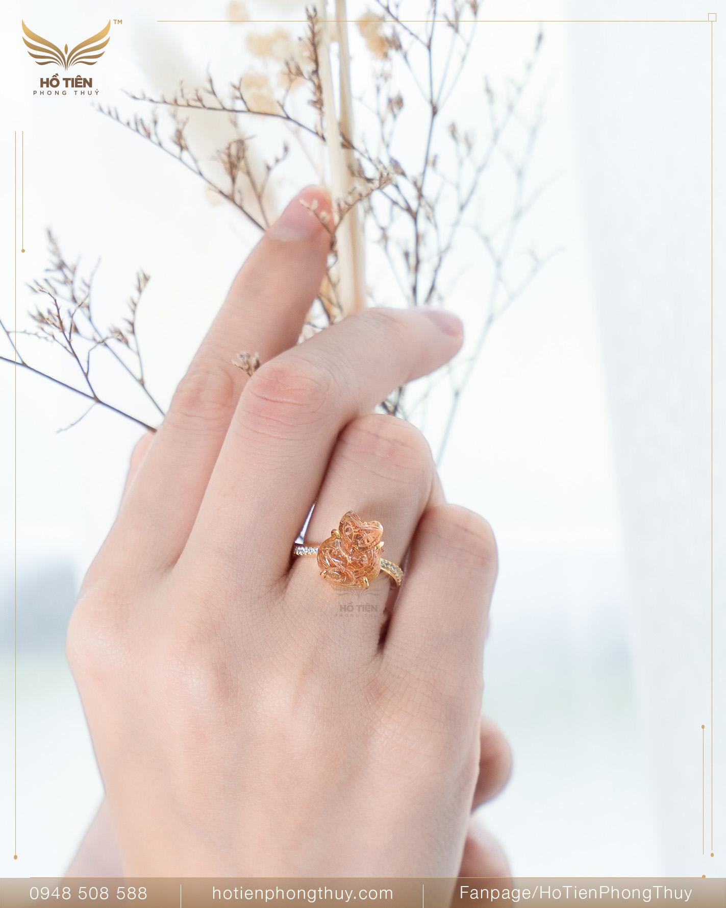 Nữ đeo nhẫn ngón áp út tay trái
