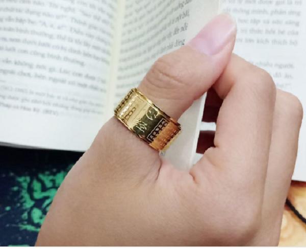 Nam đeo nhẫn ngón cái tay trái