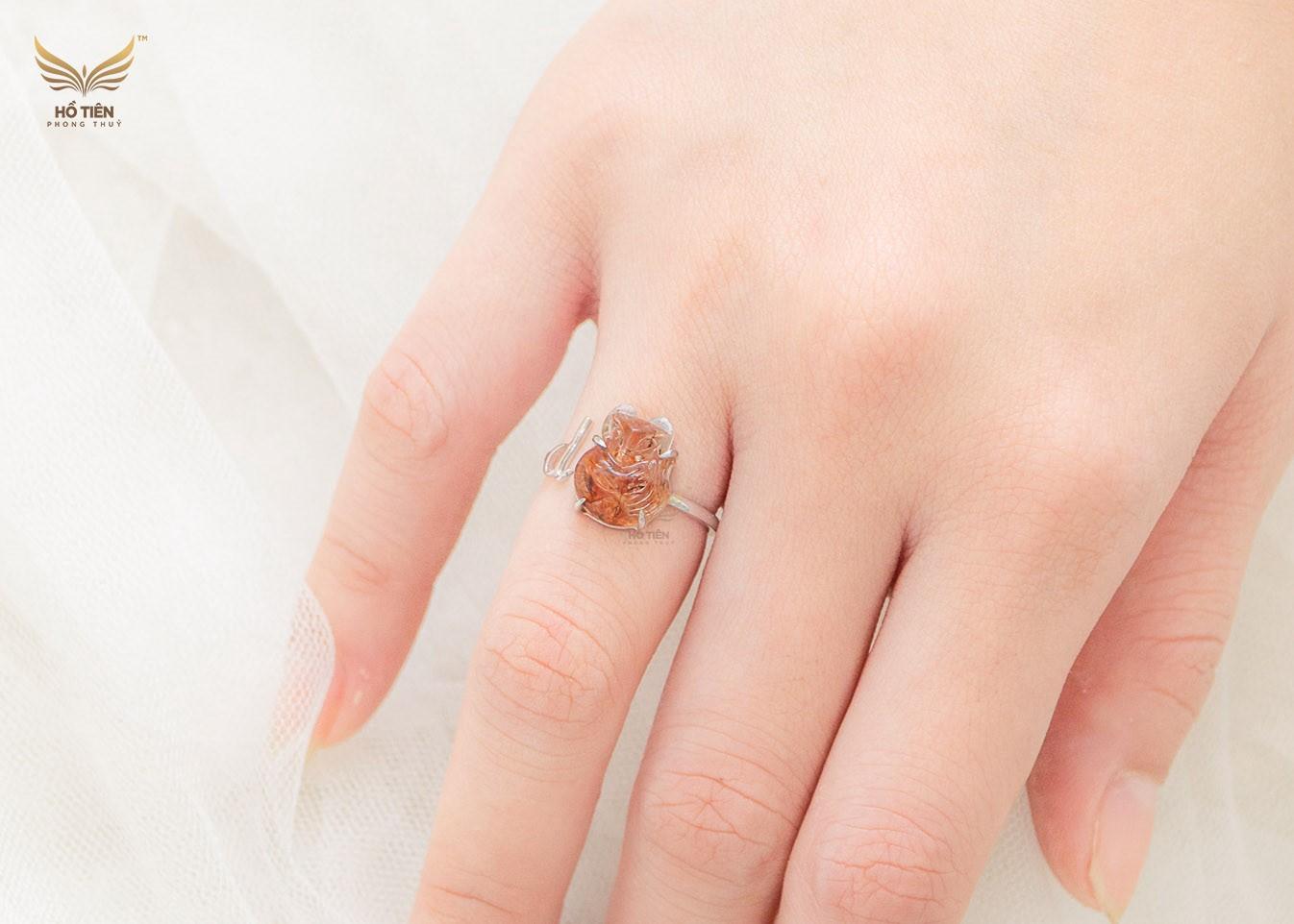 Nhẫn hồ ly thạch anh tóc đỏ phù hợp với người mệnh Thổ