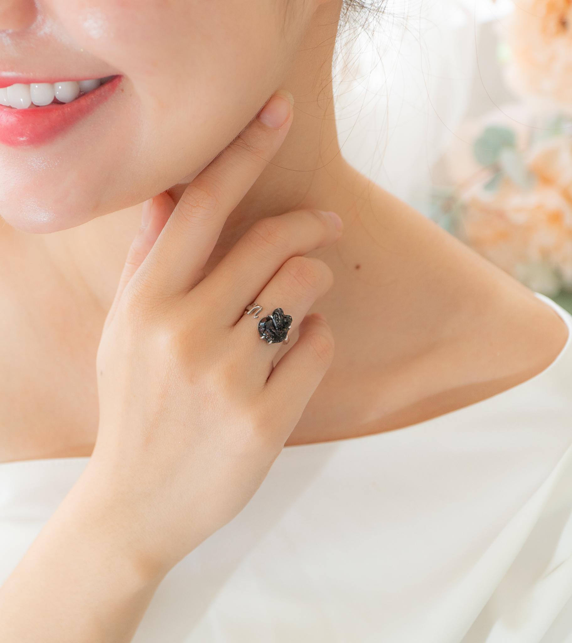 đeo nhẫn hồ ly màu đen